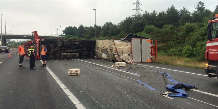 Overleg bij de gekantelde vrachtwagen op de A50.