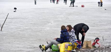 Natuurijs Oude Waal gevaarlijk, maar vol schaatsers