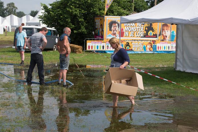 Het onder water gelopen terrein van de Farm & Country Fair in IJzerlo.