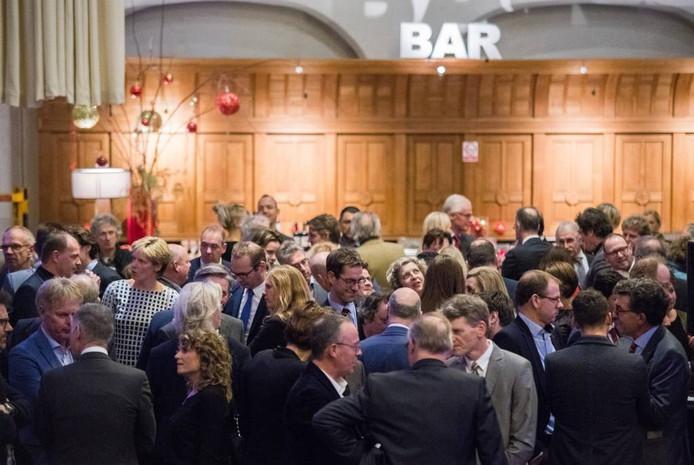 Drukte aan de bar bij de Arnhemse nieuwjaarsreceptie. Foto: Rolf Hensel.