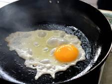 Canadese inbreker staat naakt eieren te bakken