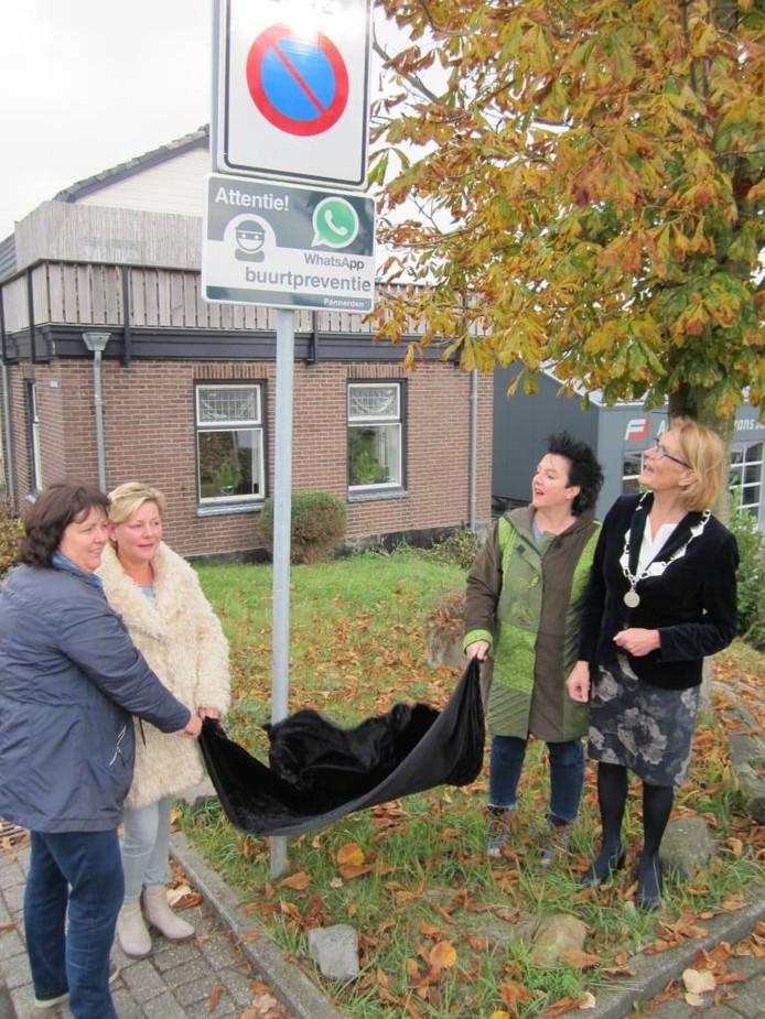 V.l.n.r. Mariët te Pest, Nathalie Peters, Annet Buil en burgemeester Ella Schadd-de Boer van de gemeente Rijnwaarden.