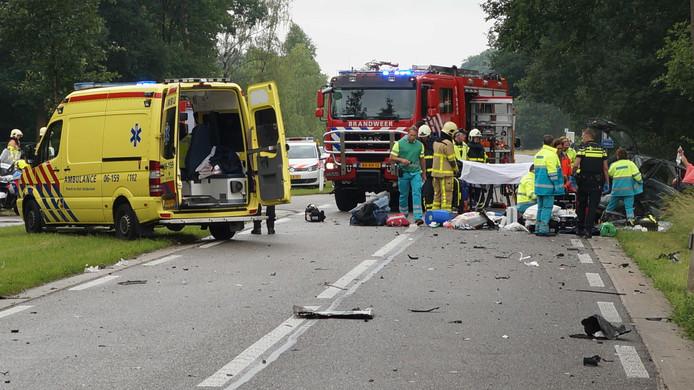Ravage op de Ruurloseweg in Zelhem weg na het fatale ongeval, vrijdag, waarbij een 4-jarig jongetje om het leven kwam.