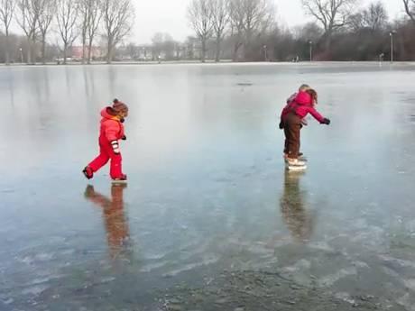 Schaatsen op het krakende ijs in het Zuiderpark