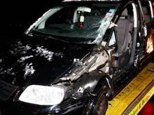 Auto fors beschadigd door afslaande vrachtwagen