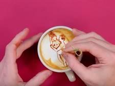 Barista tekent seksstandjes in crèmelaagje cappuccino