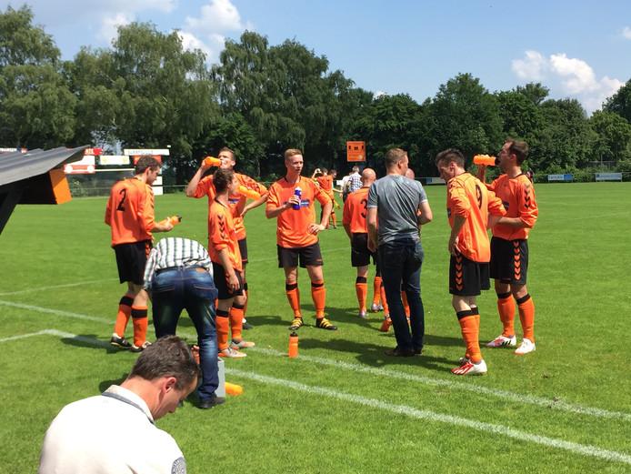 De spelers van Excellent tijdens een drinkpauze in het nacompetitieduel met VVV'03.