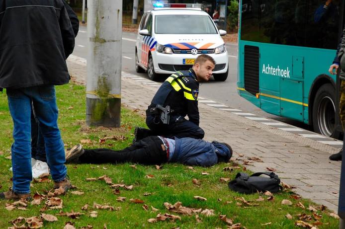 Nadat de buschauffeur samen met een passagier de jongen in bedwang hield, kon de politie hem arresteren.