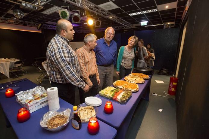 Buffet tijdens het integratiediner in Zevenaar. Foto: Bart Harmsen