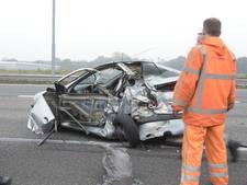 Auto volledig in de kreukels na ongeluk met vrachtwagen op A16