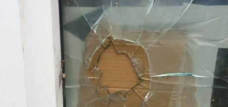 Ruit vernield met vuurwerk in Terborg