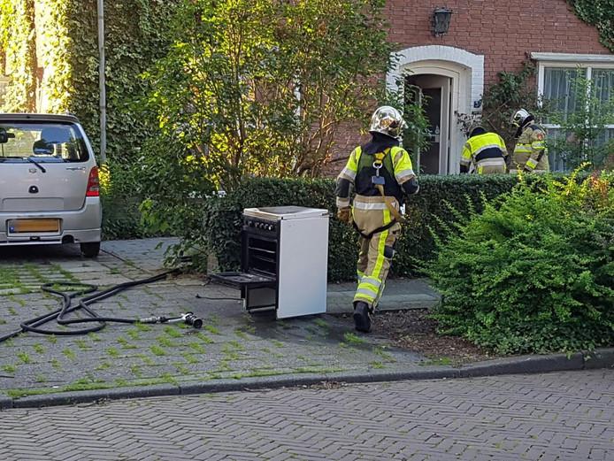 Brandweerlieden hebben de oven buitengezet.