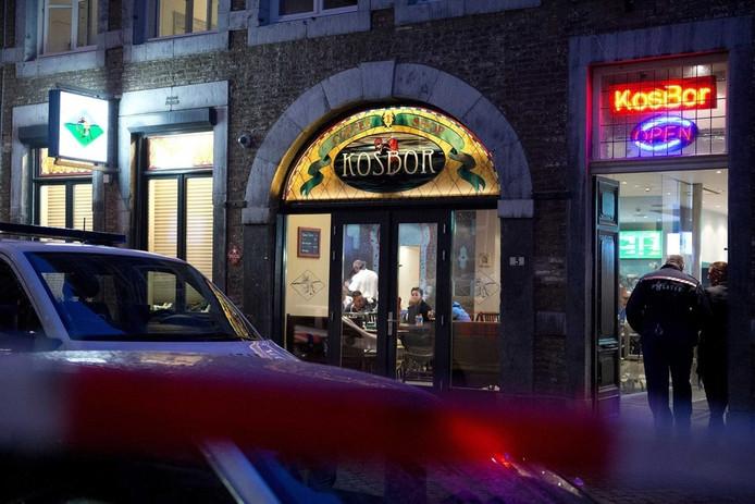 De politie in Maastricht doet onderzoek bij een coffeeshop, april dit jaar. De coffeeshop zou illegaal drugs verkopen aan buitenlanders.