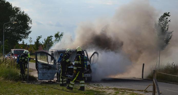 De brandende bestelbus in Bemmel.