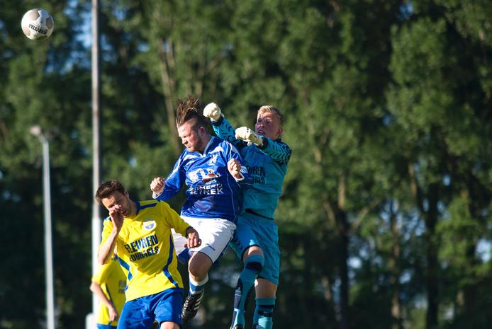 Doelman Oscar van Wezel van UHC bokst de bal weg in het duel met Eendracht Arnhem.