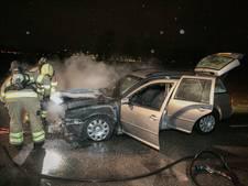Rijdende auto vliegt plots in brand in Westervoort