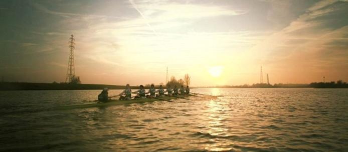 De roeiers van Argo Wageningen op het water.