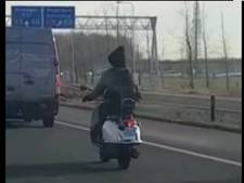 Snorscooterrijder toert op zijn gemak over de A2 bij Deil