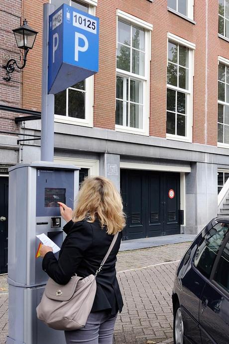 Amsterdam mag doorgaan met kentekenparkeren