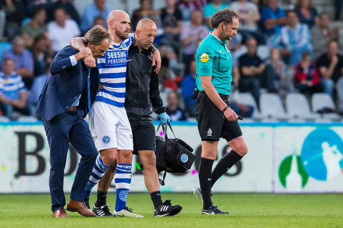 Bryan Smeets wordt van het veld geholpen nadat hij een blessure heeft opgelopen in de wedstrijd tegen FC Eindhoven.