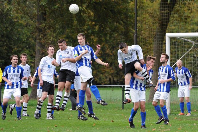 Wouter Klaassen (met kniebrace) kopt de bal uit het strafschopgebied na een corner van Menos.