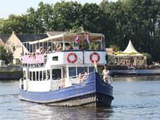 Fietsboot dobbert een uur vanwege brugduikers