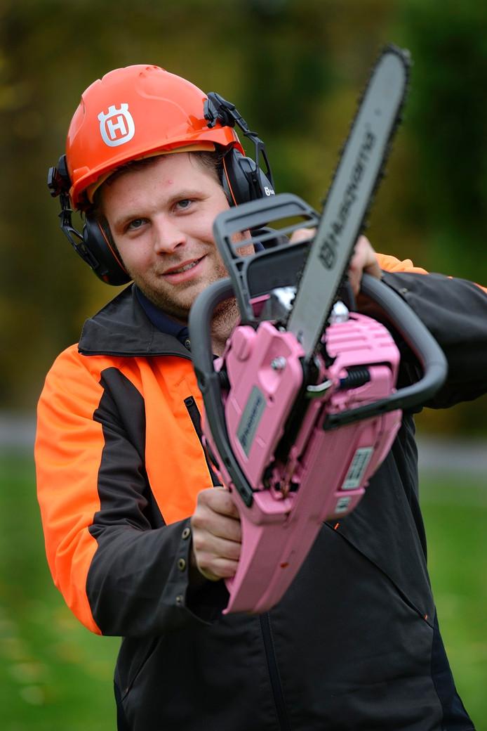 Hendri van Mourik met zijn roze kettingzaag.