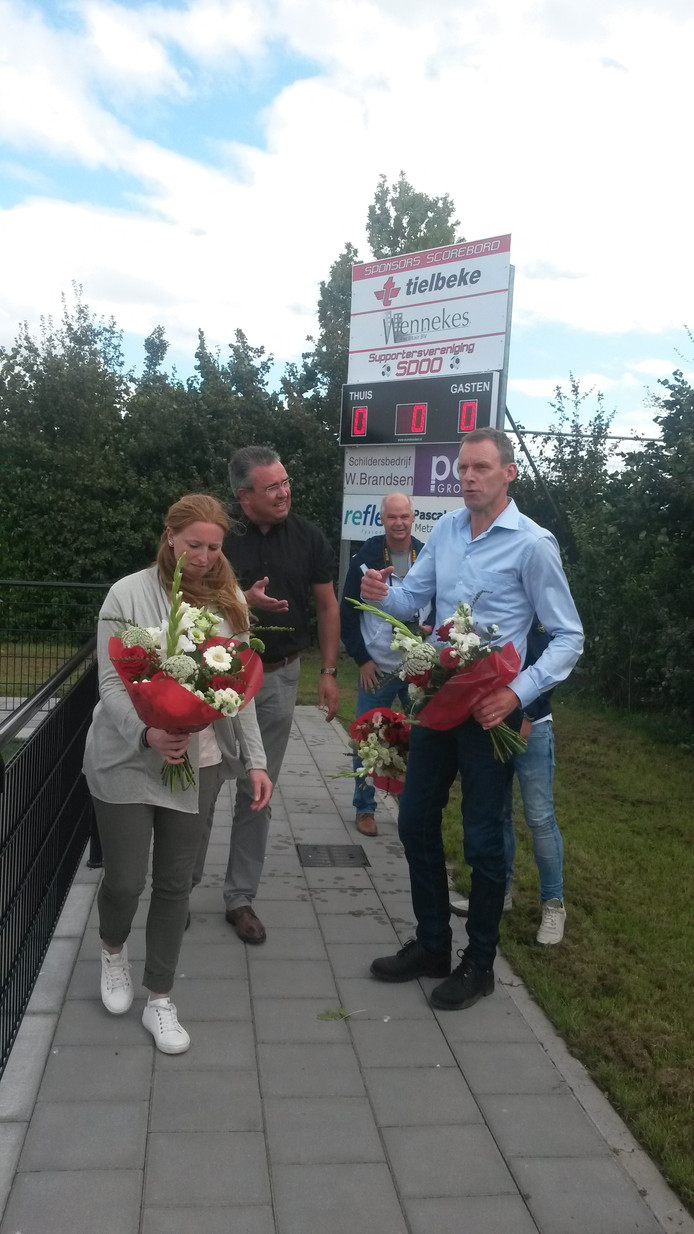 SDOO-voorzitter Ton Jansen (midden) is blij met het nieuwe scorebord. Het bord werd voor het eerst gebruikt bij de wedstrijd SDOO-OVC'85. Foto: Eddie de Bruijn