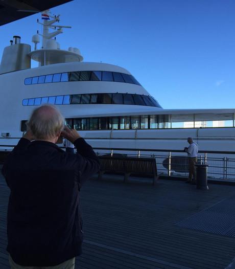 Miljardairsjacht trekt veel bekijks in Rotterdamse haven
