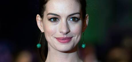 Anne Hathaway en Rebel Wilson in Nasty Women