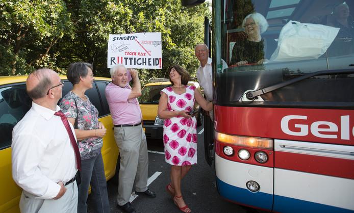 De ouderen, vlak voor ze in de bus stapten.