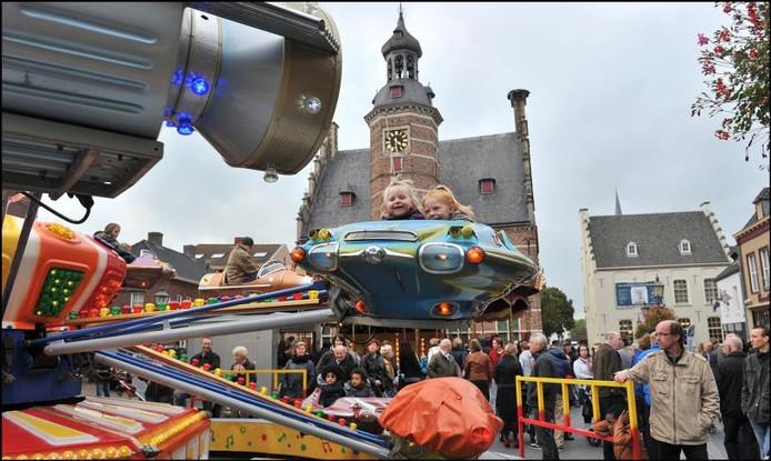 Jong Gennep viert kermis op de Markt voor het stadhuis. foto Theo Peeters