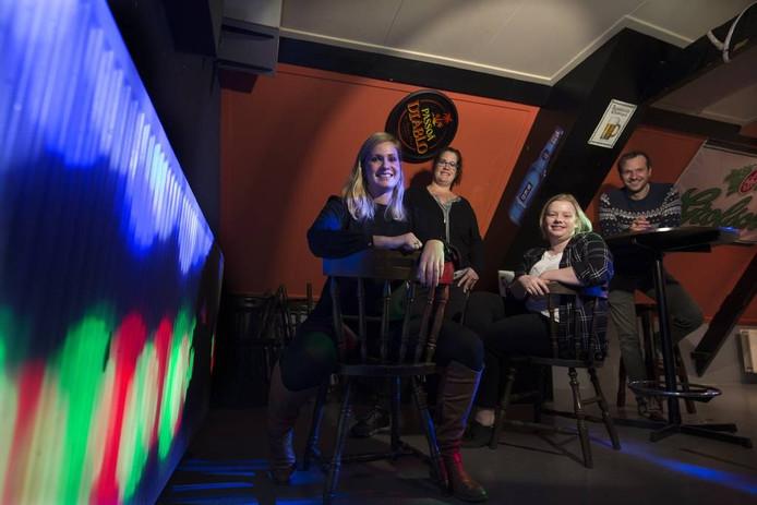 Joyce Willemsen (links) en Lotte Geurkink (derde van links).