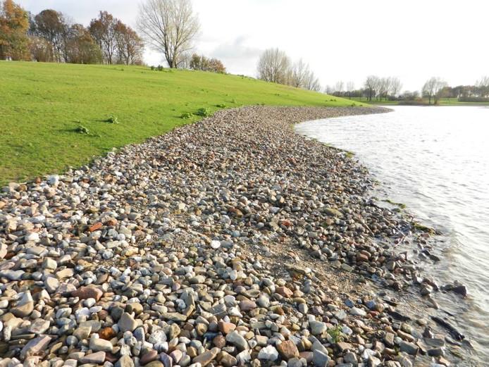 De oever van de Giese Kop bij Giesbeek met het gestorte grind.