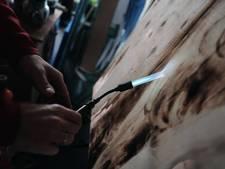André Bikker maakt kunst met vuur op afgedankt hout