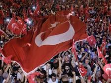 Turken demonstreren 'tégen de couppoging en vóór de democratie'