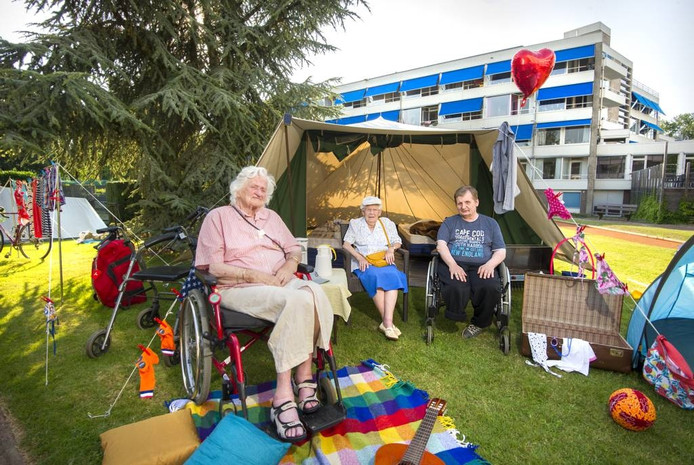 Op de camping: de dames Proot en Zewald en de heer Wiersma. Foto: Rolf Hensel.