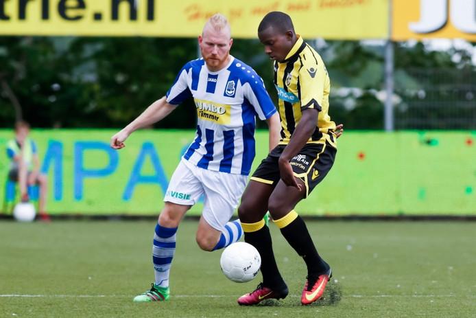 Mark Fennebeumer namens FC Lienden in actie tegen Jong Vitesse.