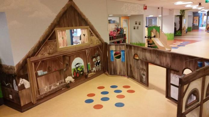 Bij De Springplank beschilderde ze niet alleen wanden, maar bedacht ze ook een uitklapbare kinderboerderij. Foto PR