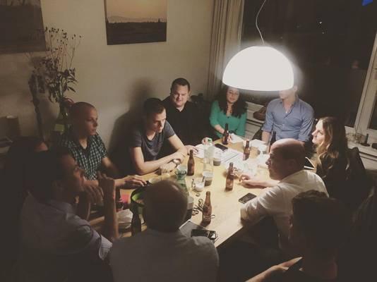 Samsom presenteert op Instagram zijn campagneteam, hier aan het bier.