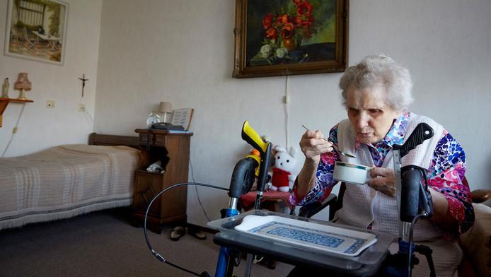 Foto ter illustratie. Een bewoonster van woonzorgcentrum Houthaghe drinkt een kopje bouillon op haar kamer