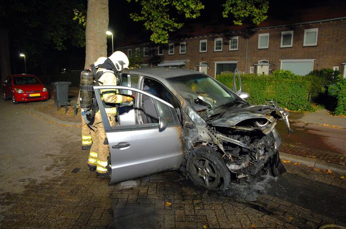 De auto raakte flink beschadigd bij de brand.
