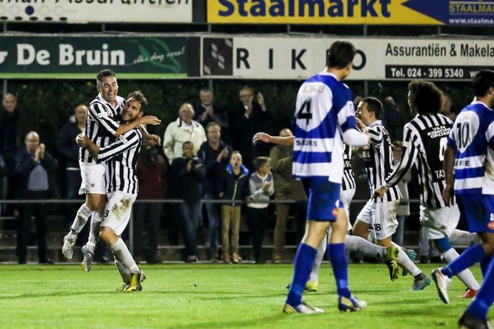 Daniël van Straaten viert zijn doelpunt tegen Spakenburg met Thijs Hendriks (links).