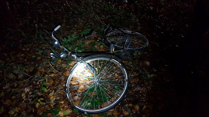 De fiets zoals de politie deze vond in de berm.