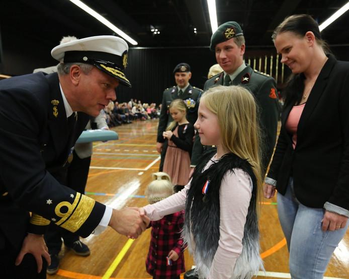 Sjors kreeg na de uitreiking een hand van de vice-admiraal.