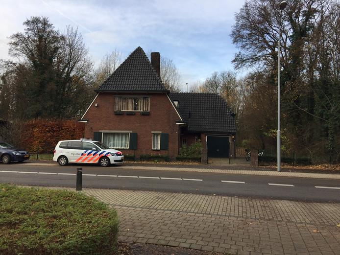 De woning aan de Koepoortdijk in Doesburg waarop een overval is gepleegd en waar binnen een wietplantage is gevonden.