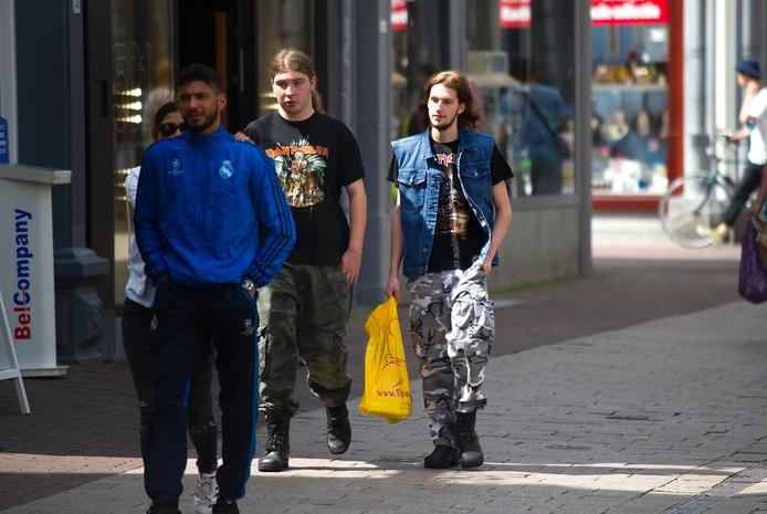 Fans van Iron Maiden struinen door het centrum van Arnhem.
