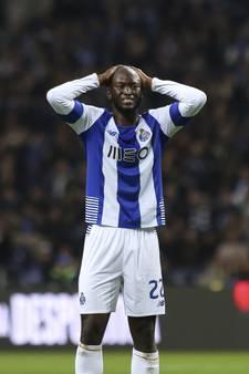 Arbiter loopt tegen Porto-speler aan en geeft hem rood