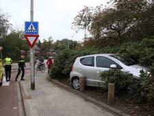 Aangereden fietser gewond, auto rijdt bosjes in op Borneoplein