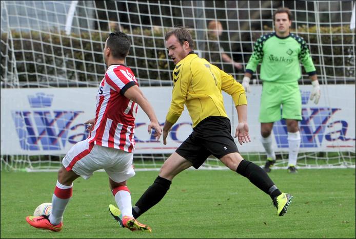 Job Gielen (midden in het geel) in actie namens SSS'18 tegen de amateurs van PSV.